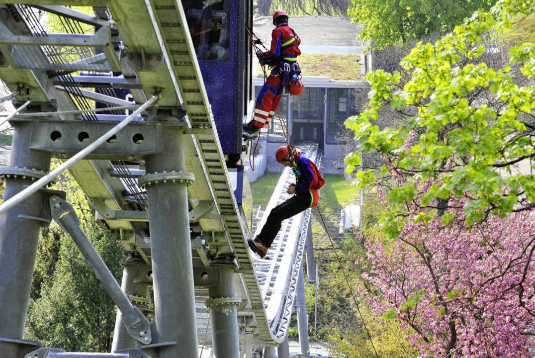 Olga von Plate (unten) seilt sich geko...von ihrem Kollegen von der Bergwacht.   | Foto: Bamberger