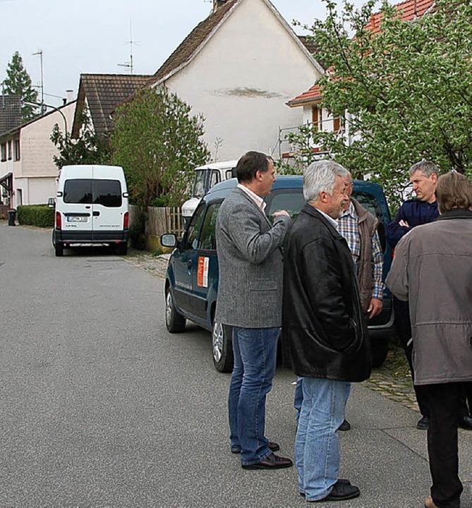 Das Parken in der unteren Dorfstraße wird  auf die rechte Seite begrenzt    Foto: langelott