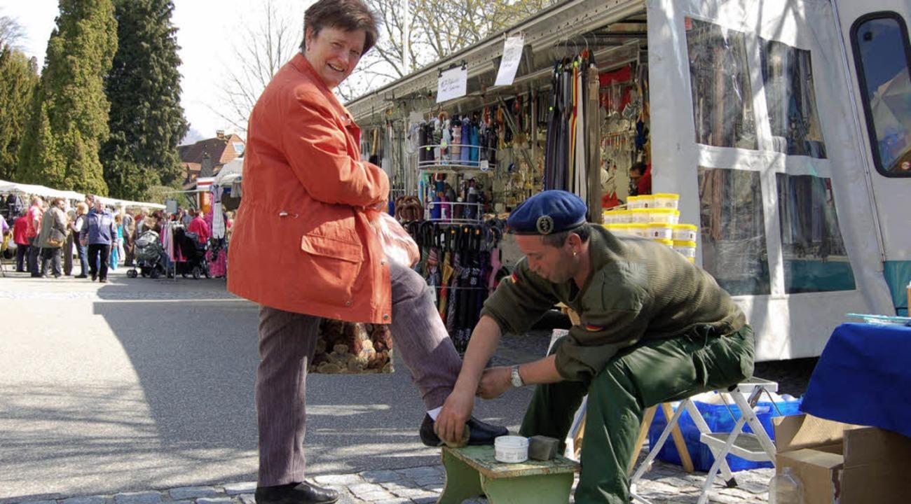Schuhputzer            beim sonnigen F... mit 60 Marktständen gut bestückt war.  | Foto: BERGER