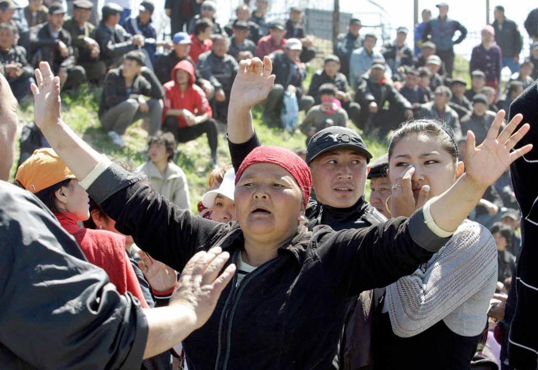 Kirgisen protestieren am Dienstag  in der Nähe von der Hauptstadt Bischkek.    Foto: dpa
