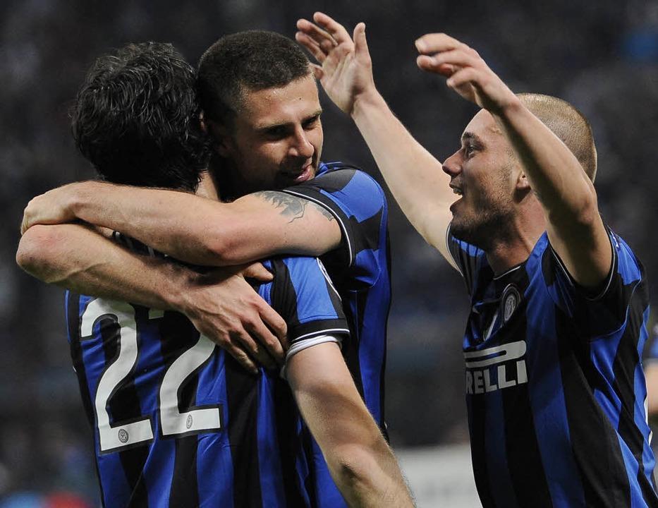 Diego Milito feiert seinen Treffer zum...ago Motta und Wesley Sneijder (rechts)  | Foto: dpa
