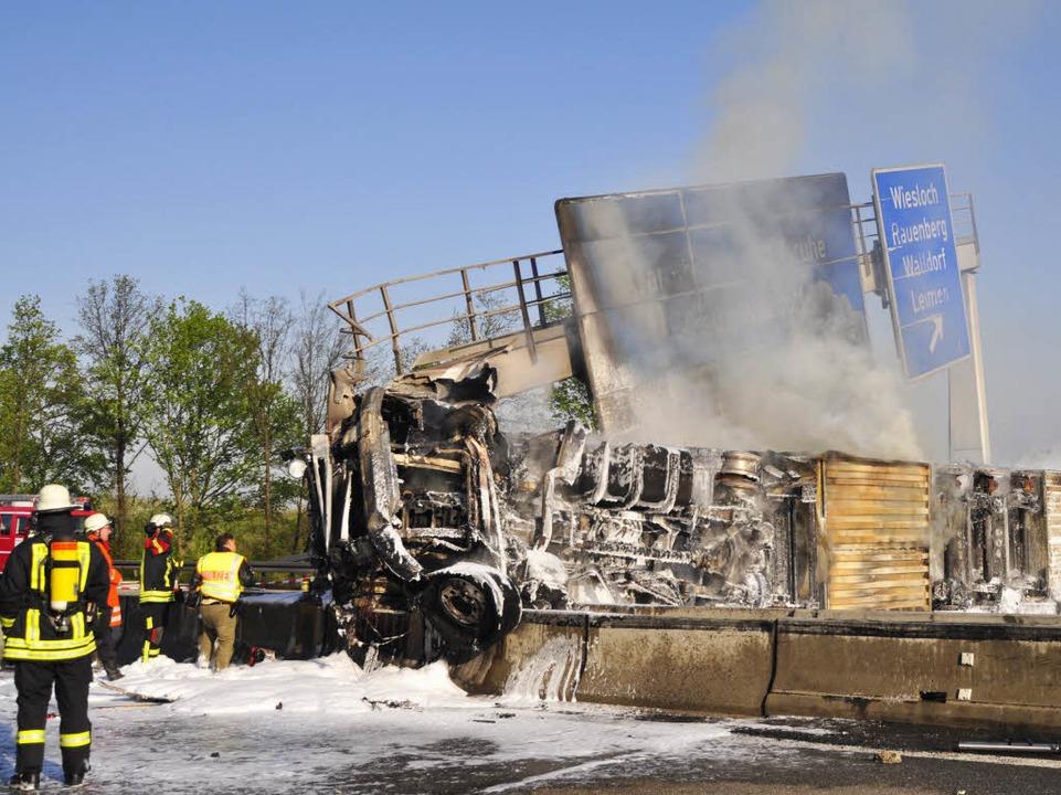 Ein komplett ausgebrannter Lkw (hinten...(Rhein-Neckar-Kreis) auf der Fahrbahn.    Foto: ddp