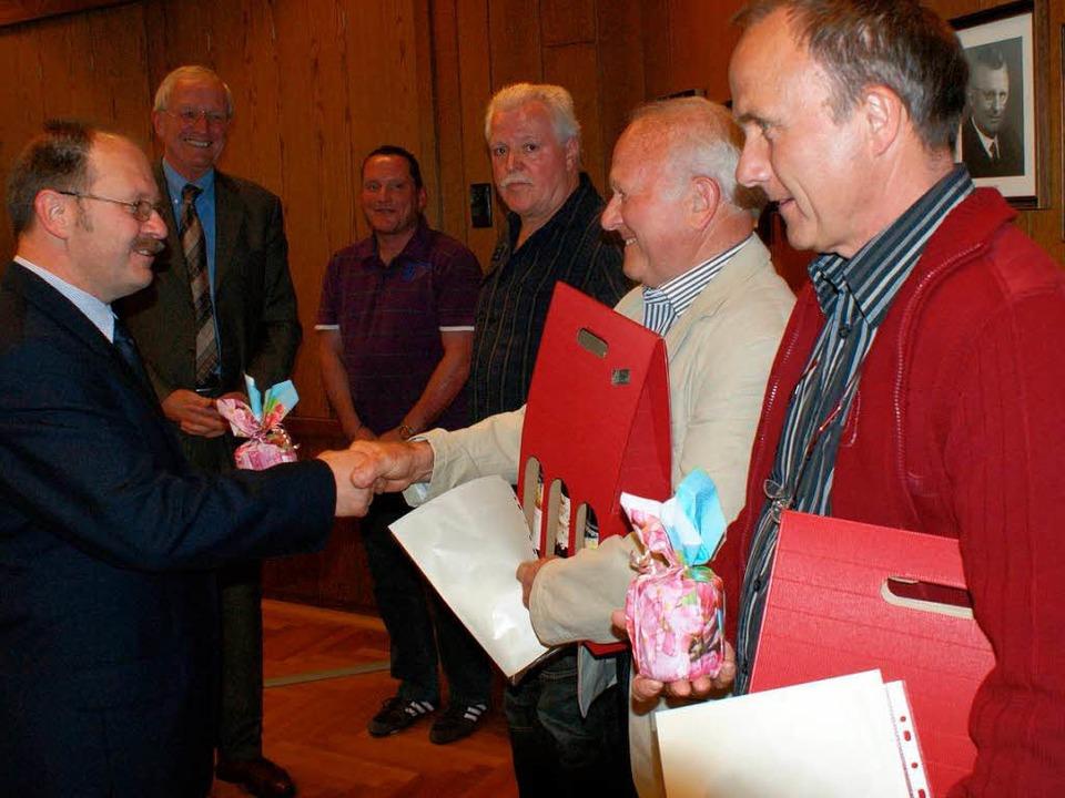 DRK-Vorsitzender Rolf Heitzmann und Bü...rnold Hiß und Franz Beule (von links).  | Foto: hans-jürgen truöl
