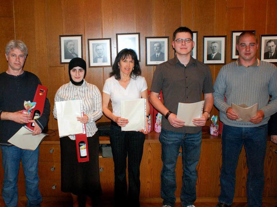 Zu denjenigen, die bereits 10 Mal Blut...Muslimin Gülsen Dastan (2. von links).  | Foto: hans-jürgen truöl