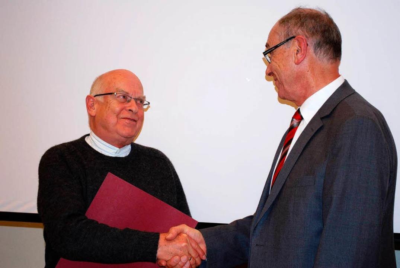Alfred Schruhl gratuliert Bernd Kellner zur Ehrenmitgliedschaft  | Foto: Sylvia-Karina Jahn