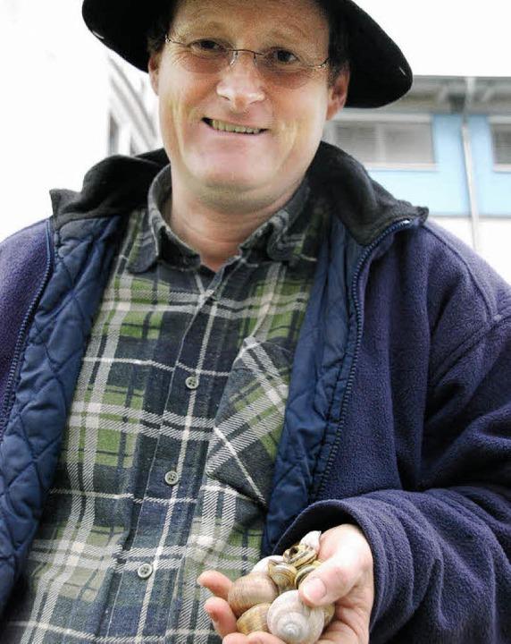Joachim Schlageter mit ein paar Schnecken in der Hand.  | Foto: Ralf Staub