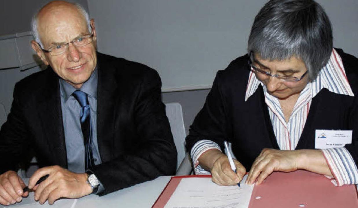 Bernhard Späth und Jutta Vincent unterzeichneten den Vertrag.   | Foto: Britta Wieschenkämper