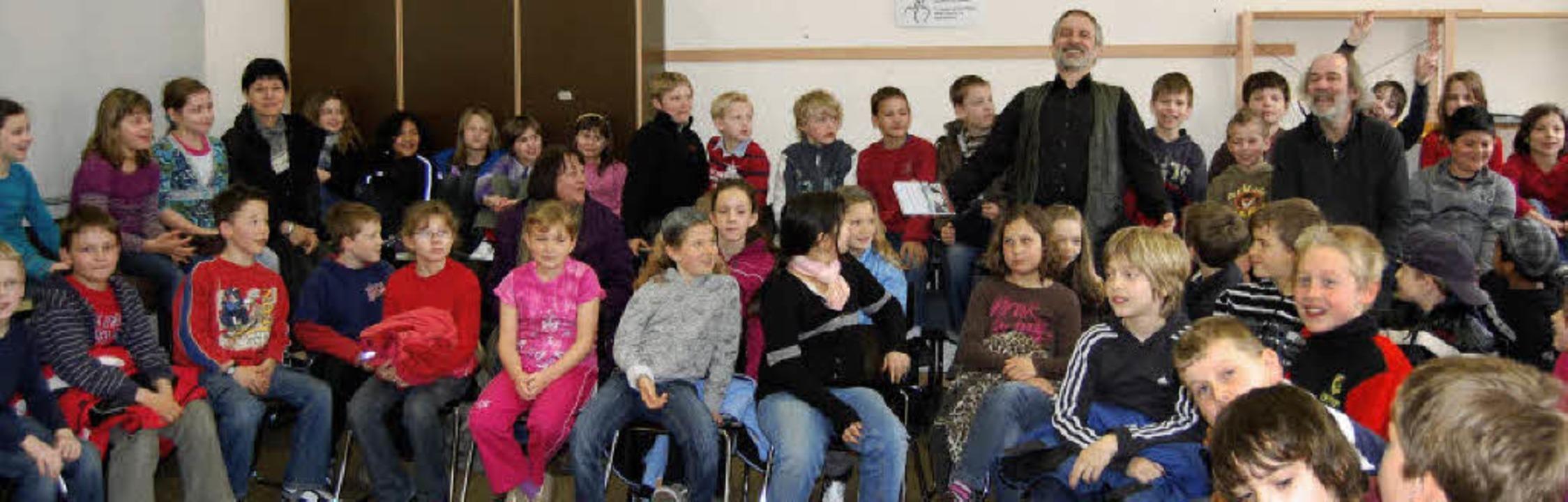 Buchautor Werner Färber inmitten seiner Zuhörer in der Grundschule Kenzingen.     Foto: Sonja Lutz