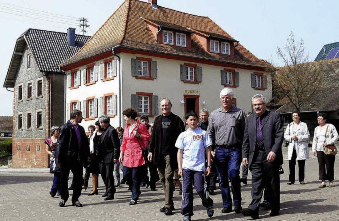 Die Delegation beim Oberweierer Heimat...lisheimer Bürgermeister Gilbert Roth.     Foto: Wolfgang Künstle