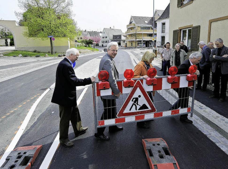 Abräumer: Die letzte Absperrung trugen...ie Gesamtkosten betrugen 600000 Euro.   | Foto: Ingo Schneider