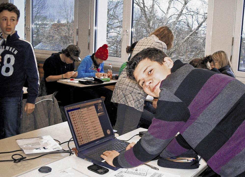 Der Schüler Carsten Dürselen aus Doger...beit an den Aufgaben des Wettbewerbs    | Foto: Sochor