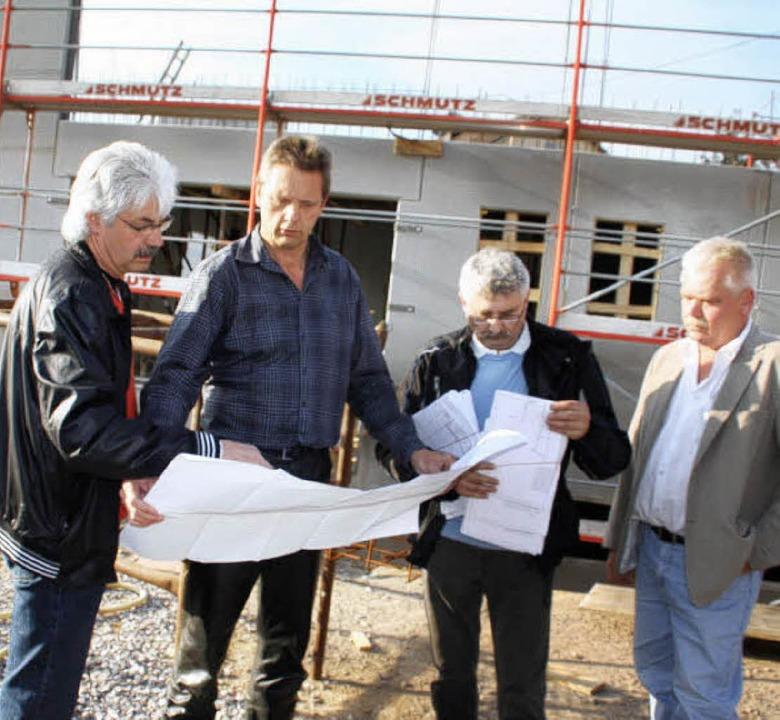 Vor Ort ließen sich der Rotzler Ortsvo...e beim Bau des Bürgerhauses erklären.   | Foto: Jörn Kerckhoff