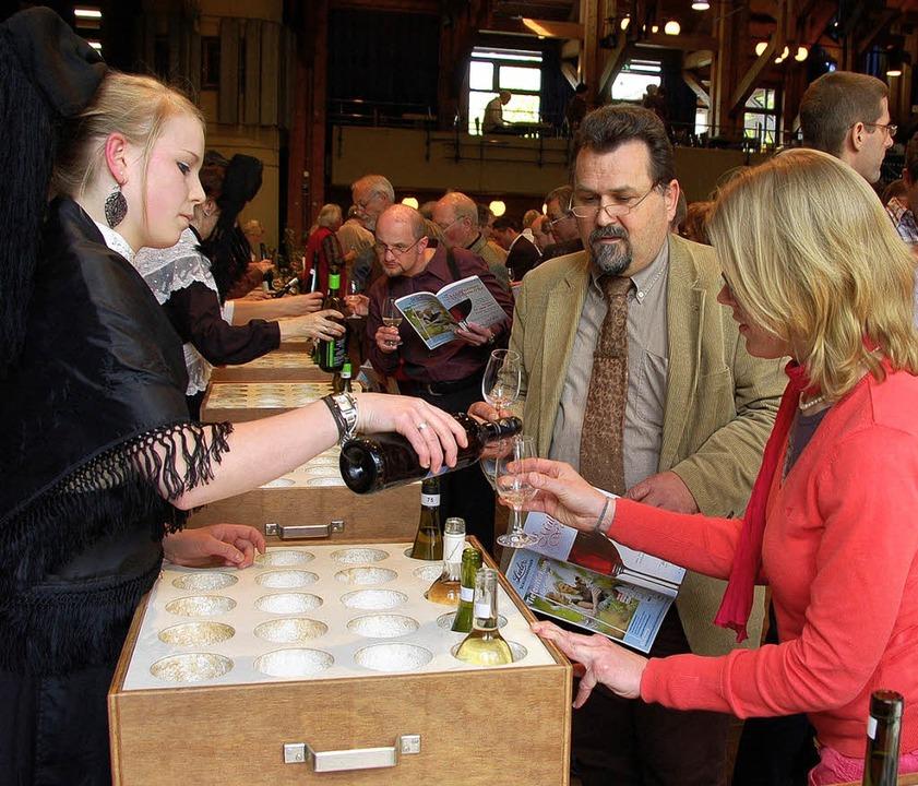 Bei 400 Weinen fiel den Gästen die Auswahl nicht leicht.   | Foto: Sigrid Umiger
