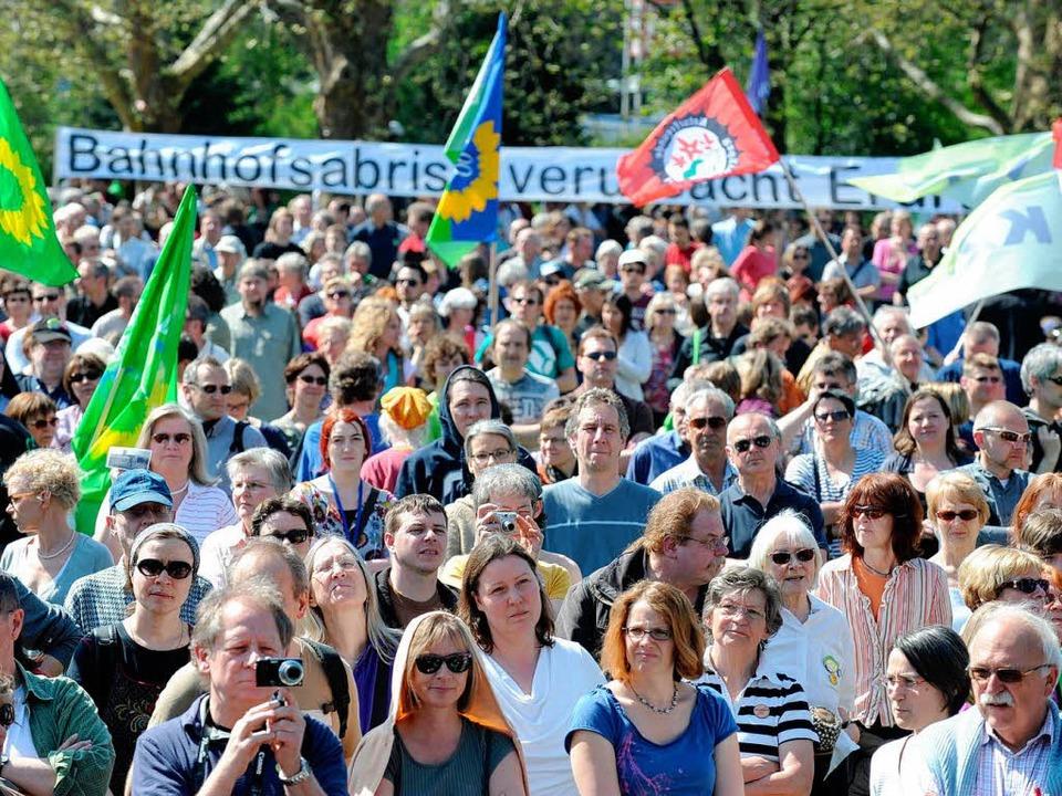 "Etwa 8000 Menschen demonstriertengegen...denprojekt ""Stuttgart 21"".  | Foto: dpa"