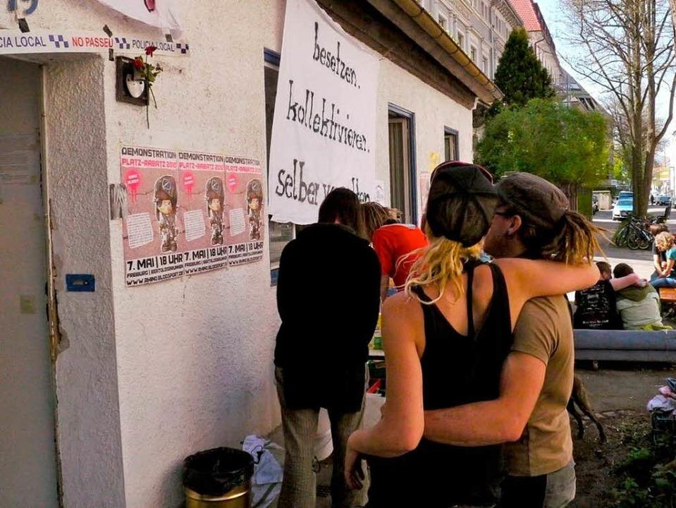 Friedlich geht es am besetzten Haus in der Freiburger Gartenstraße zu.  | Foto: Joachim Röderer