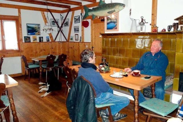 Rustikal-behagliches Ambiente in der Fischerhütte am Nonnenmattweiher
