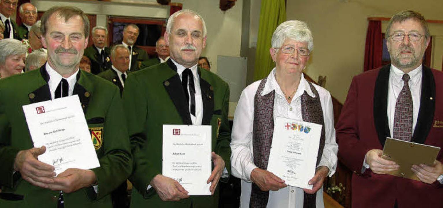 Hohe Ehrung des Breisgauer Sängerbunde...ene Nadel des Badischen Chorverbandes.    Foto: Pia Grättinger