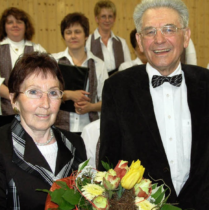 Mit stehendem Beifall verabschiedeten ...nt Rolf Schweizer und Ehefrau Frohmut.    Foto: Pia Grättinger