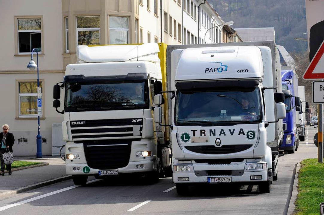 Derzeit müssen Schwerlaster in Freibur...es bald weitere Einschränkungen geben.  | Foto: Ingo Schneider