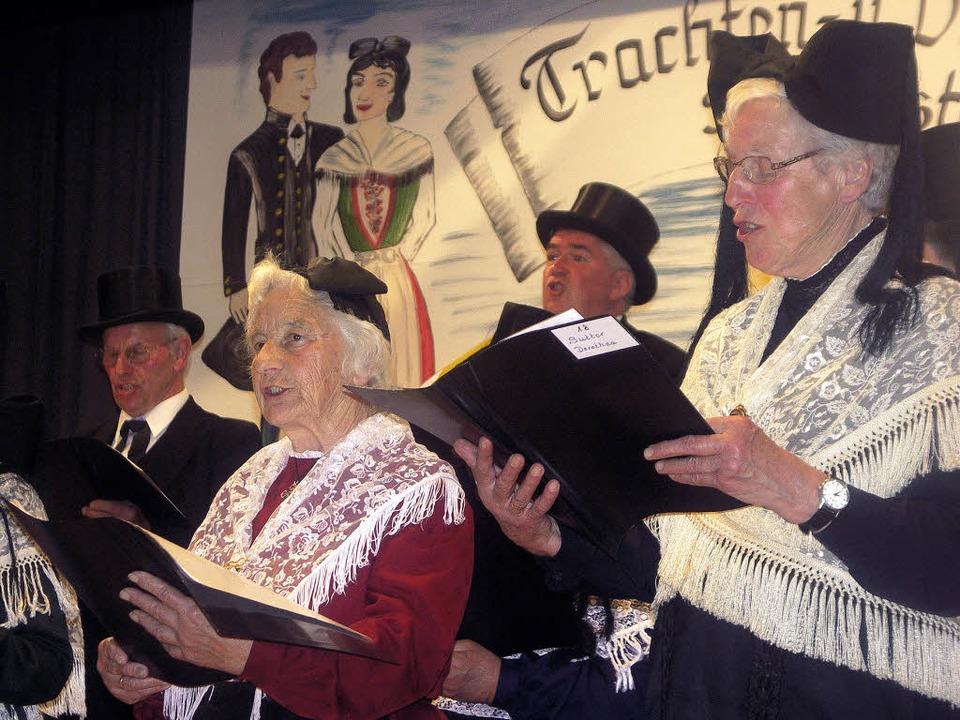 Die Schallstadter Trachtenträger bei ihrem Auftritt am Jubiläumsabend.     Foto: Tina Lindemann