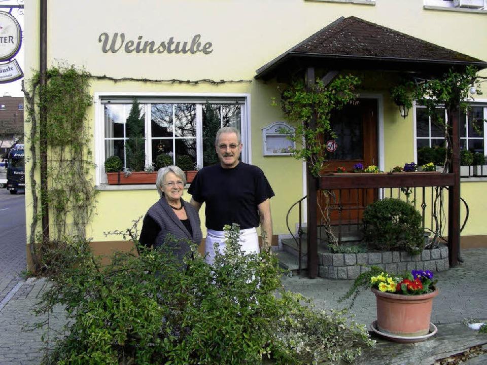 Rita und Erwin Schmidt vor dem  &#8222...ieb öffnet am Freitag  das letzte Mal.  | Foto: Mario Schöneberg