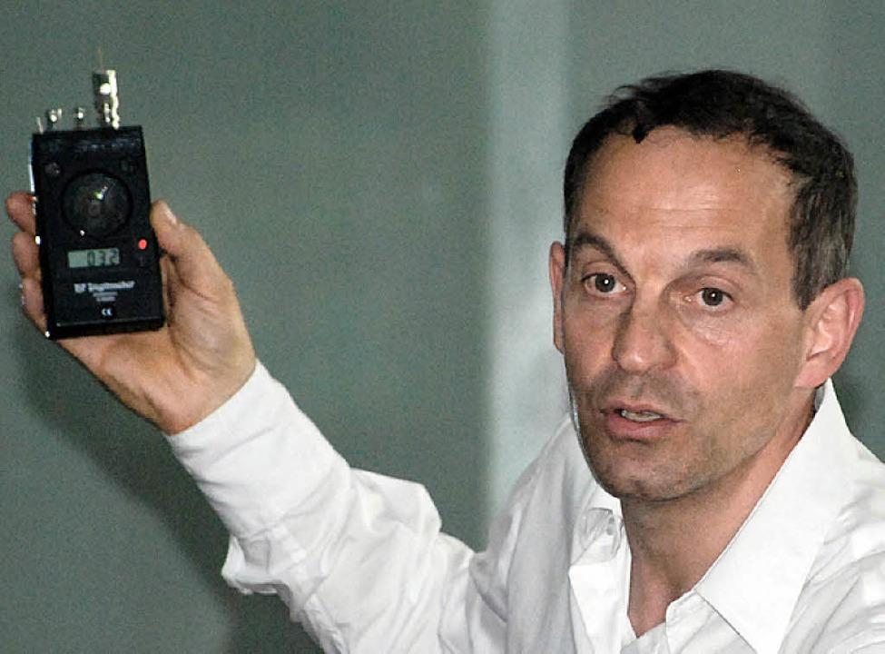 Referent Volker Schorpp mit einem Schallmessgerät  | Foto: siefke