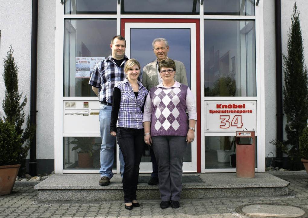 Geballte Logistikkompetenz (von hinten...osef, Zita, Melanie und Frank Knöbel    | Foto: Schmidt