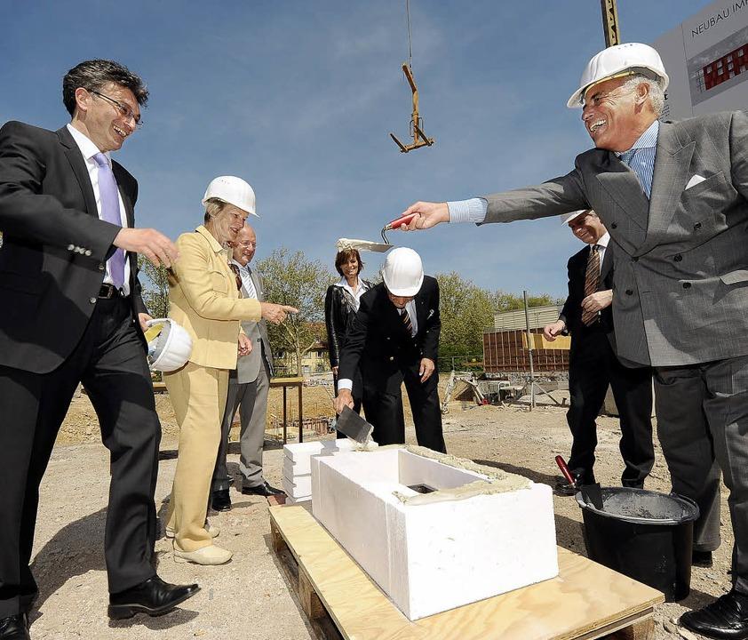 CDU-Landtagsabgeordneter Gundolf Fleis...ter Salomon versiegeln die Zeitkapsel.  | Foto: ingo schneider