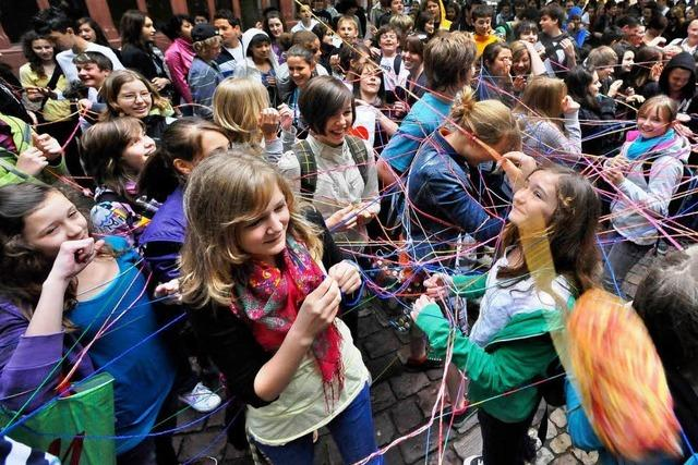 Video: Wollknäuel-Flashmob eröffnet Freiburger Jugendgipfel