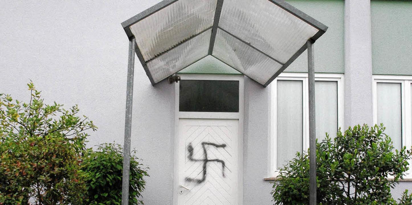 Ein Hakenkreuz sprühten Unbekannte auf...zum Gebetsraum der Alperenler Moschee.  | Foto: Ralf Staub