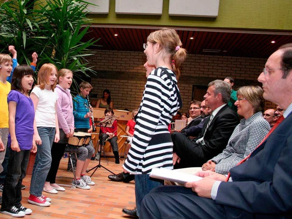 Mit den Schülern freuten sich auch Win...ein (von rechts) über die neuen Räume.  | Foto: Bianka Pscheidl