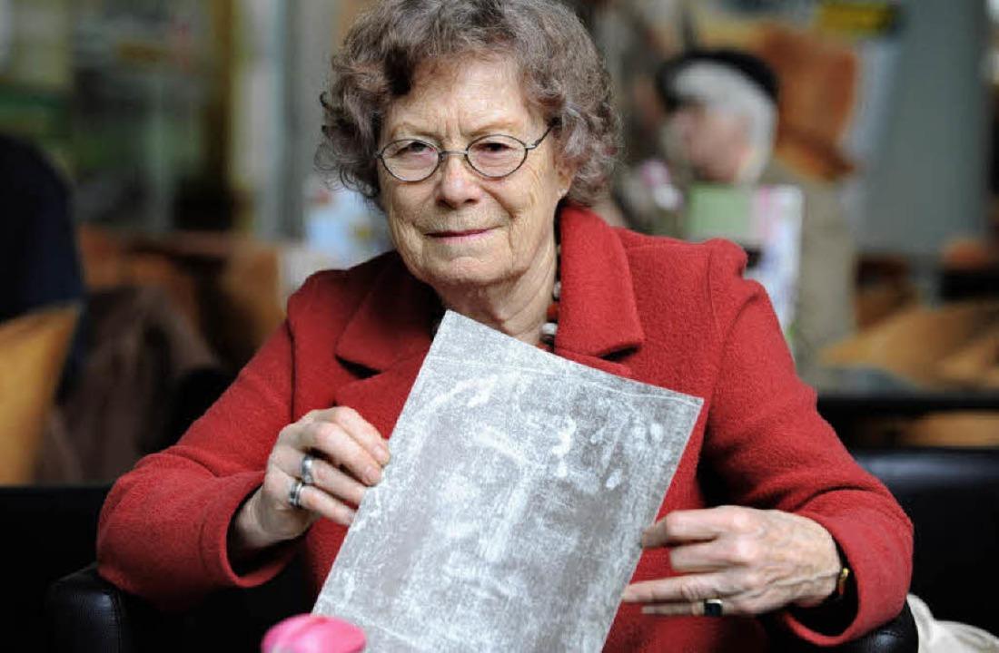 Mechthild Flury-Lemberg mit dem Ausdruck eines Teils des Turiner Grabtuchs.   | Foto: Rita Eggstein