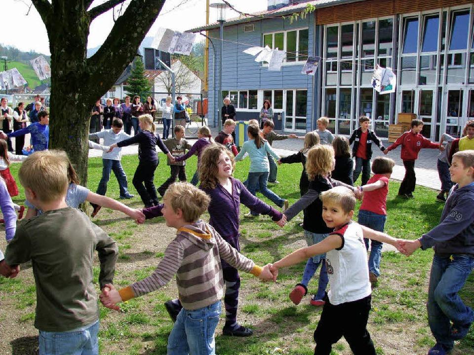 Die Schüler tanzten zum Abchluss des B...rojektes unter der Linde im Schulhof.   | Foto: Monika Rombach