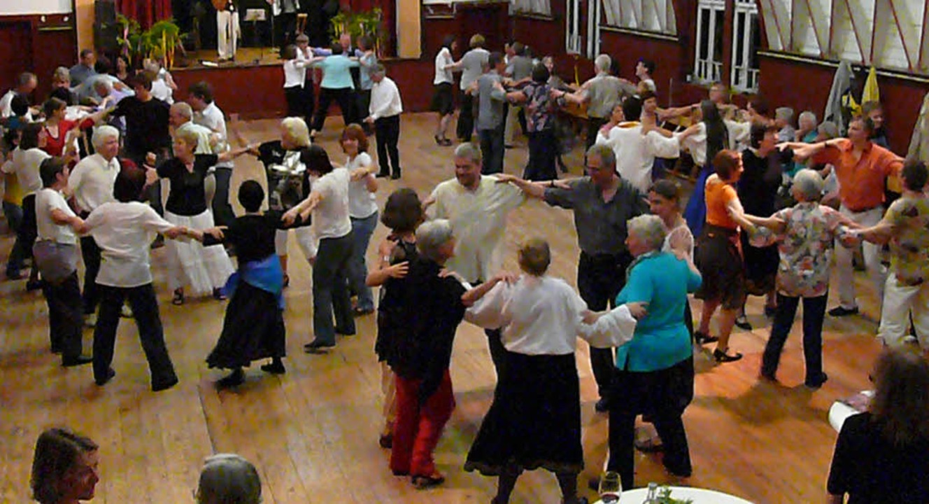 Schnell finden sich neue  Gruppen beim Tanz in den Mai im Löwen-Saal zusammen.   | Foto: Frank Leonhardt
