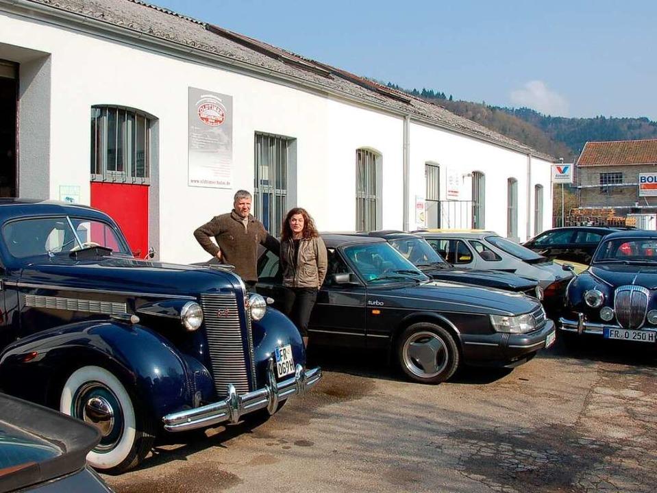 Tanja und Ingo Holm mit von ihnen restaurierten Fahrzeugen vor der Werkstatt.  | Foto: Sylvia Timm