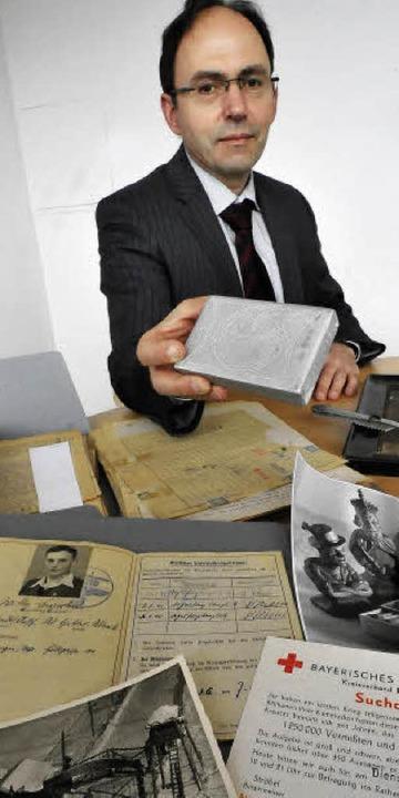 Militärarchivleiter Michael Steidel vor Dokumenten aus dem Krieg  | Foto: michael bamberger