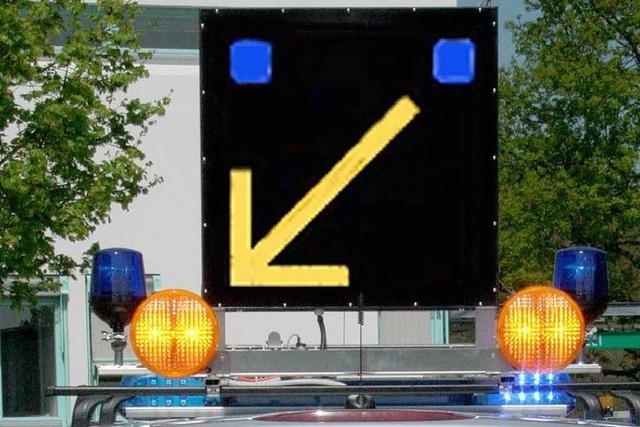 Polizei weist den Autofahrern den richtigen Weg