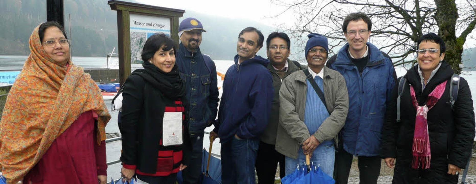 Die  indische Delegation mit Gästeführ...erte Dieter Schuster an der Promenade.  | Foto: peter stellmach