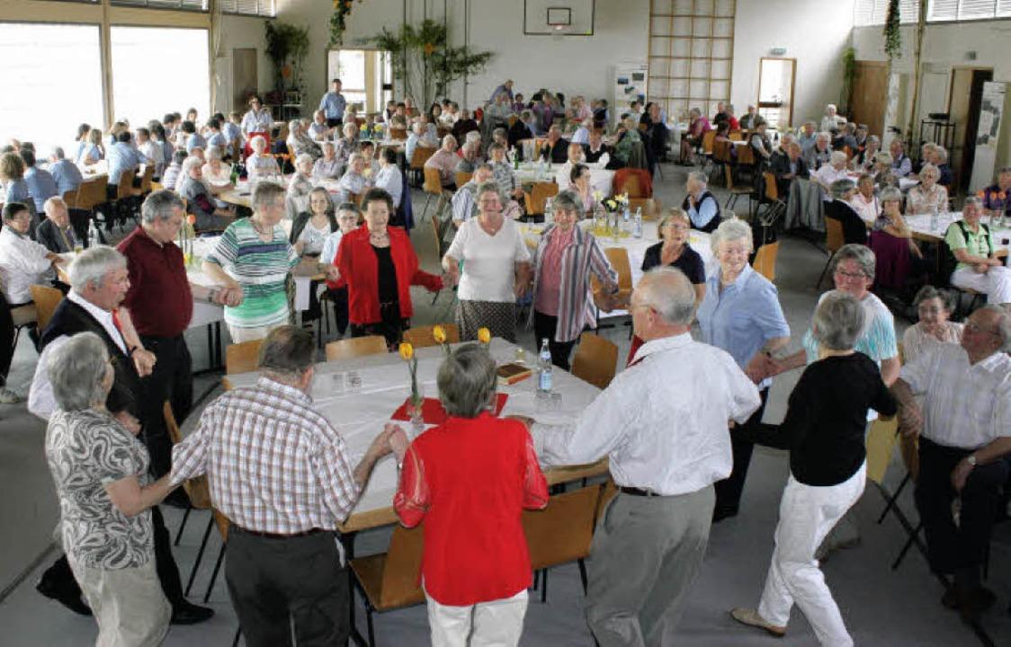 Aufforderung zum Tanzen: Beim Senioren...en sich die Gäste nicnt lange bitten.   | Foto: barbara schmidt