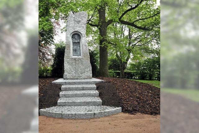 Das Hebel-Denkmal frisch poliert