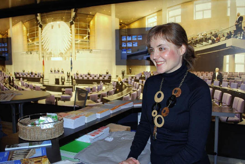Christina Beinke beantwortet im Infomo...z Station macht, Fragen der Besucher.     Foto: Thomas Loisl Mink