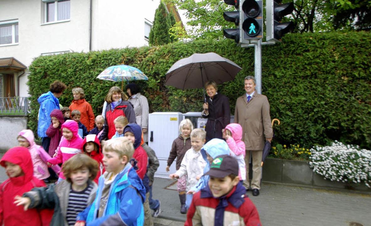 Endlich grün! Bürgermeister Volker Kie...ßgängerampel in der Bötzinger Straße.   | Foto: m. frietsch
