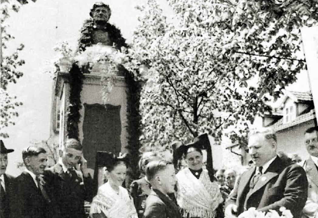 Johanna Baumann 1935 in der Mitte vor ...tattfand. Rechts Bürgermeister Hauser.  | Foto: Repro: Edgar Steinfelder