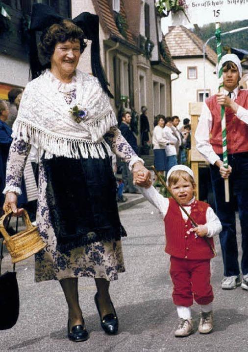 Johanna Baumann beim Hebelfest 1985 mit Enkelsohn Patrick  | Foto: privat