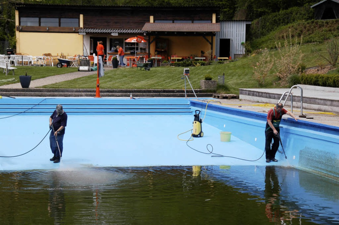 Die Schwimmfreunde Stühlingen reinigte...im Hintergrund) für das Beckenwasser.   | Foto: Dietmar Noeske