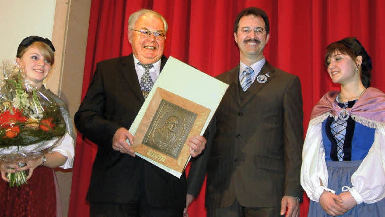 Freudig nahm Hausens Ehrenbürger und B...e Hebel-Gedenkplakette 2010 entgegen.   | Foto: Roswitha Frey