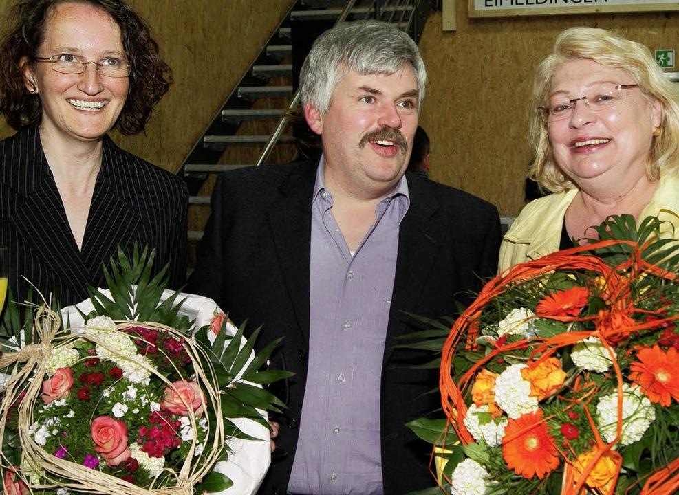 Tassilo Bösl bedankte sich bei seiner ...Deffaa  und  Caroline Kranzer (links).  | Foto: Boris Burkhardt