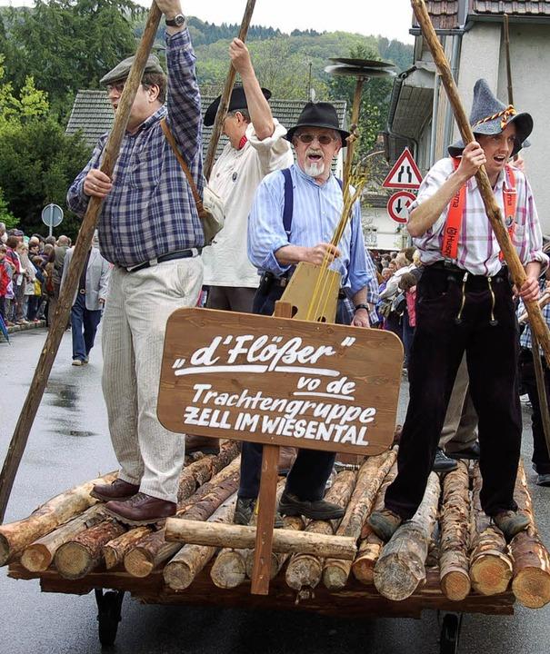 Die Flößer der Zeller Trachtengruppe in Aktion.  | Foto: Hermann Jacob