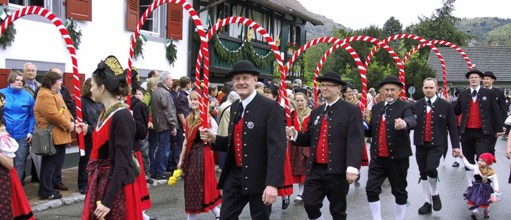 Zum Kreistrachtenfest waren zahlreiche Trachtengruppen nach Hausen gekommen.  | Foto: Hermann Jacob