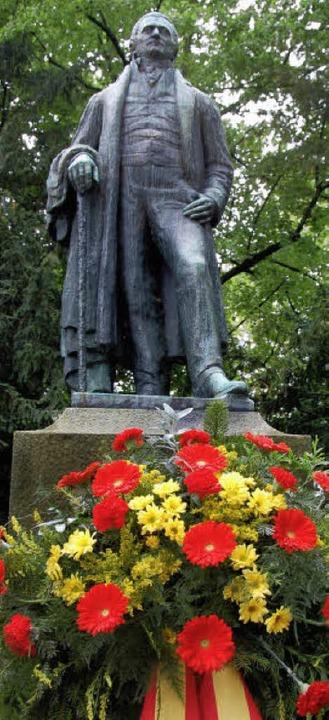 Blumen zum Geburtstag: Am Hebel-Denkma...z Johann Peter Hebels 250. Geburtstag.  | Foto: Nikolaus Trenz